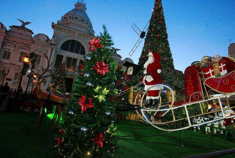 Inaugurada, Vila Noel leva espírito de Natal à Praça Municipal