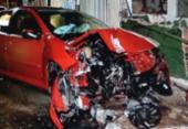 Carro se choca contra muro e poste na avenida Juracy Magalhães | Foto: