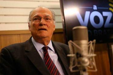 Ministro da Cultura, Roberto Freire, participa do programa A Voz do Brasil, nos estúdios da EBC - Foto: Marcello Casal Jr/Agência Brasil