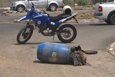 Corpo esquartejado é abandonado em tonel em rua de Feira