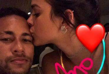 Neymar deseja 'feliz ano novo' ao lado de Bruna Marquezine