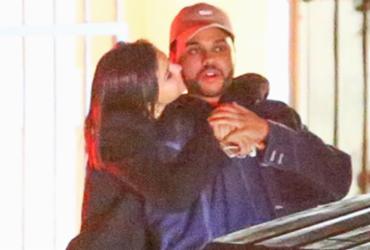 Selena Gomez e The Weeknd são fotografados aos beijos