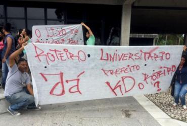 Universitários protestam contra suspensão de transporte gratuito