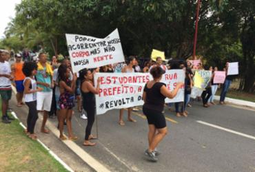 Estudantes protestam contra corte de auxílio na Praia do Forte