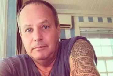 Jayme Monjardim tatua textos bíblicos em seu braço
