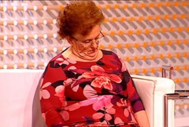 Entrevistada dorme durante programa e cai em pegadinha de apresentadores