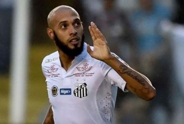 Vitória confirma acerto com atacante Paulinho