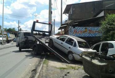 Prefeitura retira sucatas na avenida Suburbana