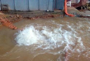 Vazamento de água alaga pista no Itaigara