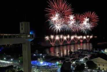 Fogos marcam a virada do ano na Praça Cairu