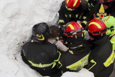 Resgatados 10 sobreviventes de avalanche em hotel na Itália