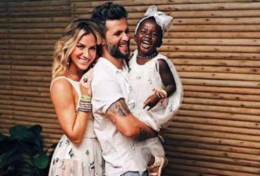 Bruno Gagliasso e Giovanna Ewbank fazem ensaio de ano novo com Titi