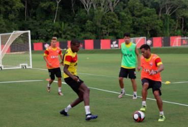 Bruno Ramires assina por um ano com o Vitória