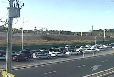 Avenida Paralela tem trânsito intenso na manhã desta terça