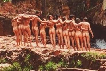 Atores tiram foto nus em lugar paradisíaco e causam reboliço na internet