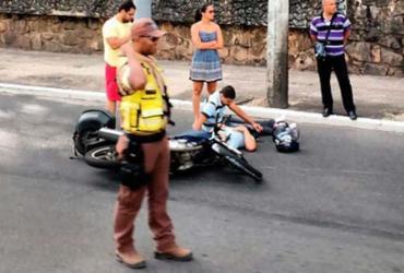 Motociclista fica ferido em acidente na avenida ACM