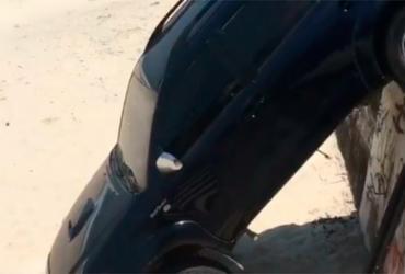 Filho de Marcello Novaes e Letícia Spiller derruba carro em praia