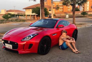 Whindersson Nunes ostenta carro novo em rede social