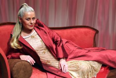 Vera Fischer vive o próprio Lúcifer na peça 'Ela É o Cara'
