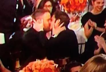 Atores de Deadpool e Homem-Aranha se beijam durante Globo de Ouro