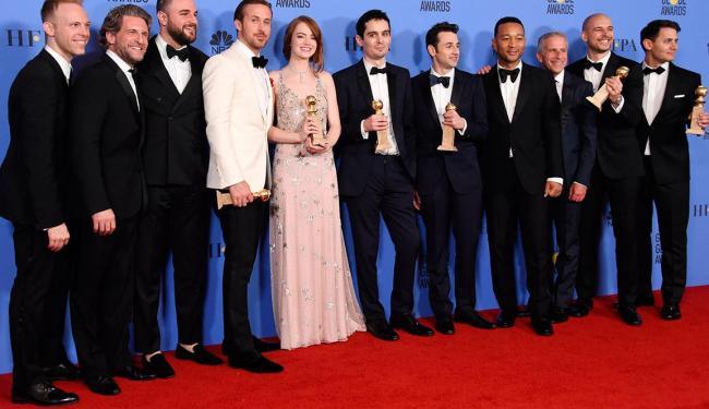 Elenco e produtores de La La Land e seus troféus - Foto: Divulgação
