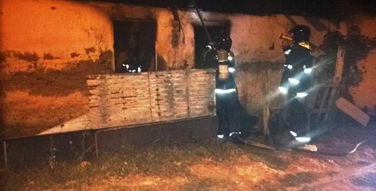 Casa do suspeito foi incendiada - Foto: Divulgação | Bombeiros