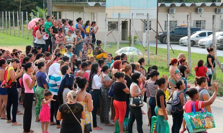 Familiares em frente ao complexo no dia da chacina - Foto: Marcio Silva | AFP Photo