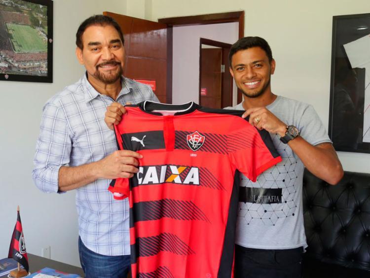 Ao lado do presidente do Vitória, Ivã de Almeida, Cleiton Xavier (D) assinou por dois anos e meio - Foto: R. Santin | EC Vitória