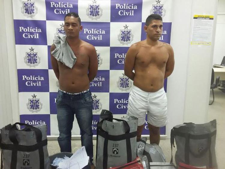 Dupla foi detida com os malotes em uma casa no Alto do Cabrito - Foto: Divulgação l Polícia Civil