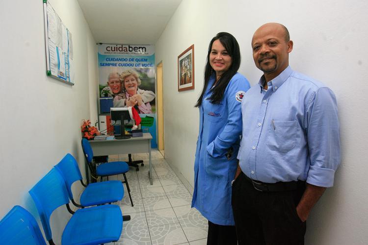 Verônica e Florisvaldo oferecem serviços para idosos - Foto: Mila Cordeiro l Ag. A TARDE