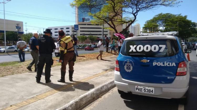 A polícia está no local do crime e aguarda o DPT para remoção do corpo - Foto: Edilson Lima | Ag. A TARDE