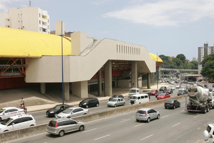 Homem foi encontrado morto em frente a estação do metrô - Foto: Joá Souza / Ag: A Tarde / 11.12.2012