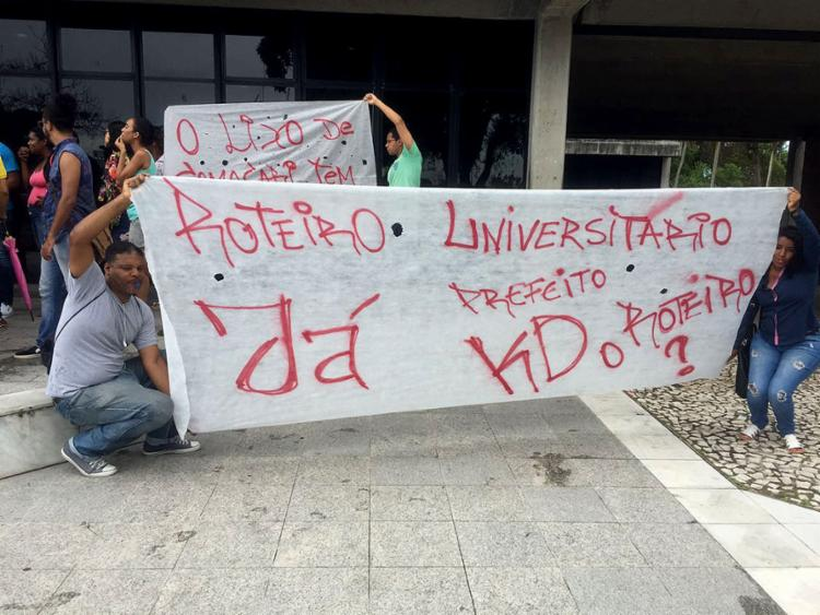 Estudantes de Camaçari realizaram protesto pelo retorno do serviço de transporte - Foto: Reprodução l Facebook