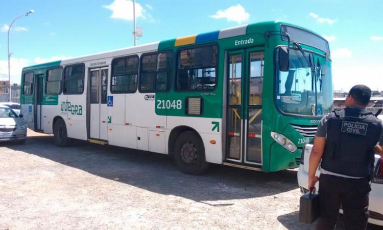 Ônibus passa por perícia no estacionamento do Roberto Santos - Foto: Edilson Lima | AG. A TARDE
