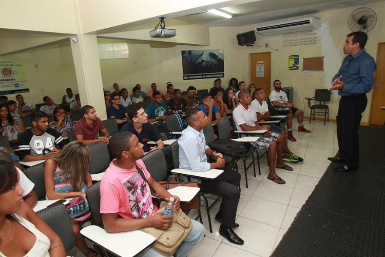 O professor Joshué prepara os alunos para seleção da PM - Foto: Margarida Neide l Ag. A TARDE