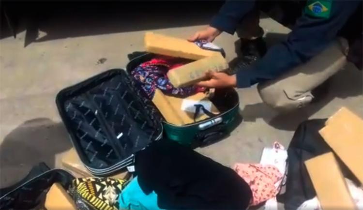 A mulher transportava a droga em duas malas - Foto: Divulgação | PRF