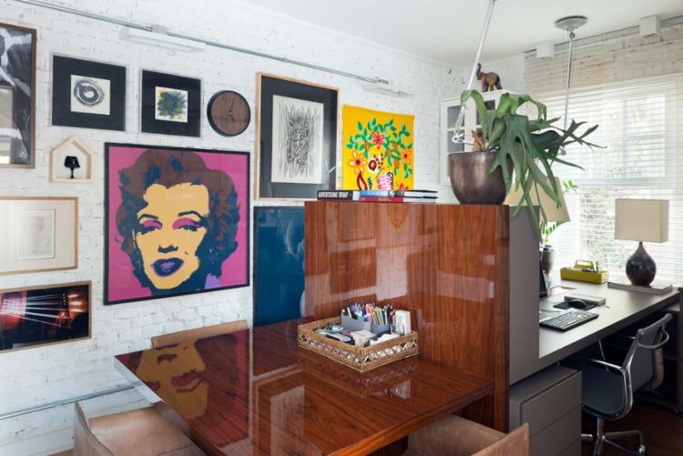 Os quadros coloridos tornam o ambiente despojado no projeto feito pelo escritório Manarelli Guimarães - Foto: Inês Antich | Divulgação