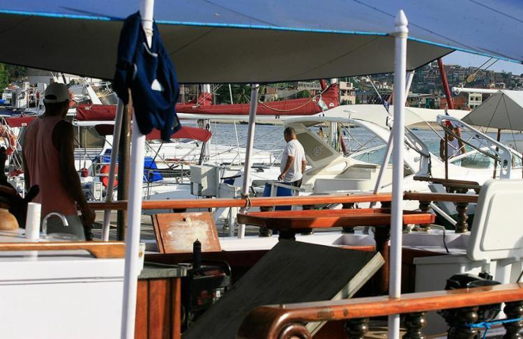 Funcionários responsáveis por cuidar dos barcos estão cada vez mais apreensivos - Foto: Joá Souza l Ag. A TARDE