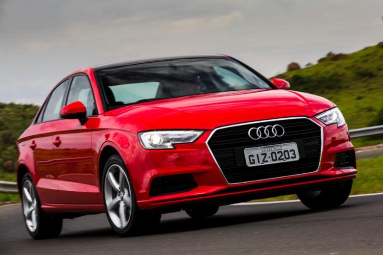 O Novo Audi 4 traz mudanças no visual da carroceria e em alguns componentes, como o volante e o sistema de conexão com smatphone - Foto: Divulgação Audi