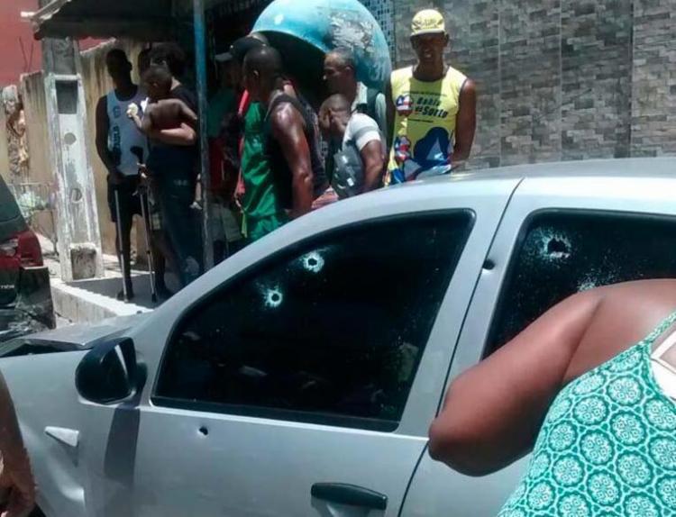 Carro do policial foi alvejado diversas vezes - Foto: Cidadão Repórter | Via WhatsApp