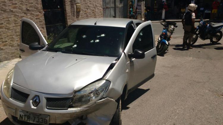 Carro do policial foi alvejado diversas vezes - Foto: Cidadão Repórter   Via WhatsApp