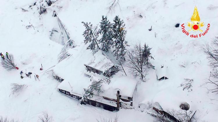 Vista aérea do hotel atingido pela neve - Foto: AFP | Vigili del Fuoco