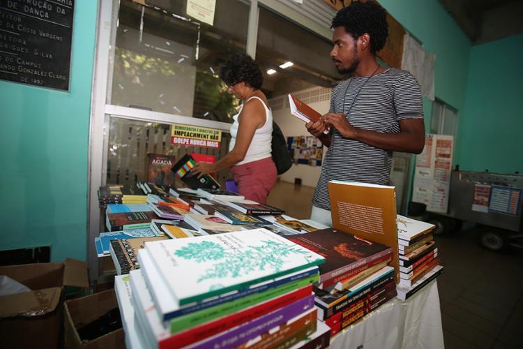 Suki Guimarães e Guego Anunciação olham os títulos - Foto: Joá Souza l Ag. A TARDE