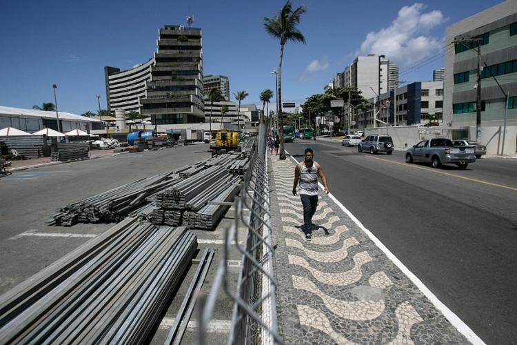 Trecho já está isolado onde será montado mais um camarote no circuito em Ondina - Foto: Raul Spinassé l Ag. A TARDE