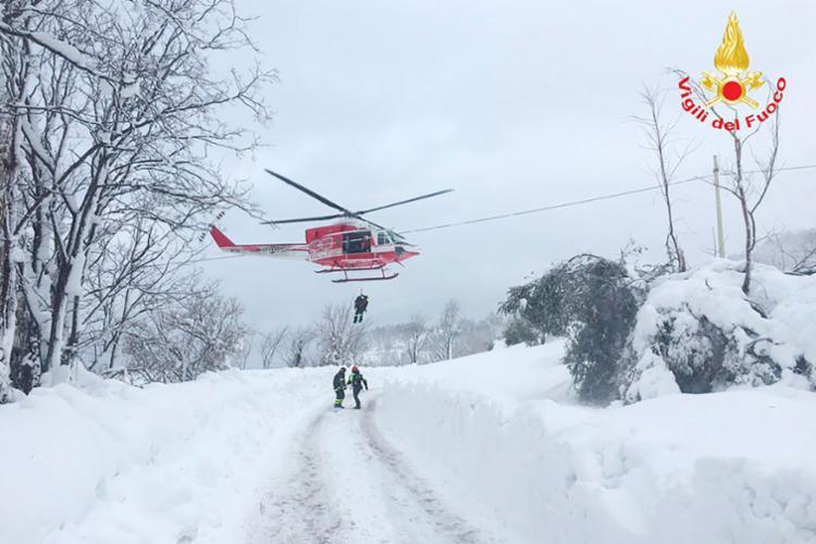 Equipe resgata vítimas da avalanche - Foto: AFP Photo | Vigili del Fuoco