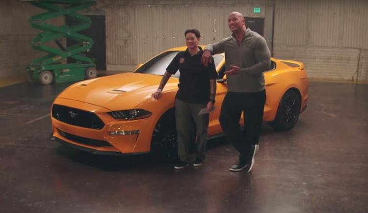 Dwayane Johnson entrega uma das primeiras unidades do novo Mustang - Foto: Divulgação Ford