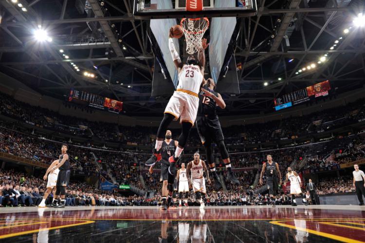 LeBron foi o destaque da partida desta quinta - Foto: David Liam Kyle   NBAE   Getty Images  AFP
