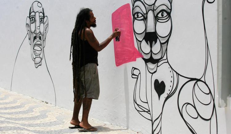 Artista faz pintura em instalação da Coelba, parceira do mutirão - Foto: Adilton Venegeroles   Ag. A TARDE