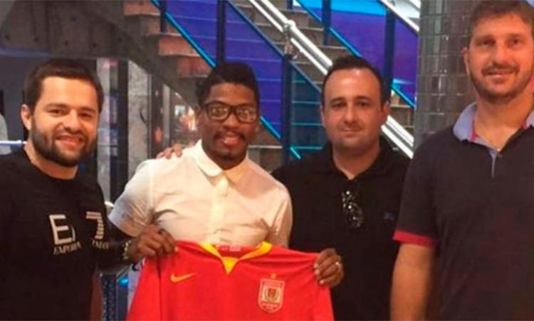 Marinho posa com a camisa da equipe chinesa que vai defender - Foto: Reprodução | Instagram