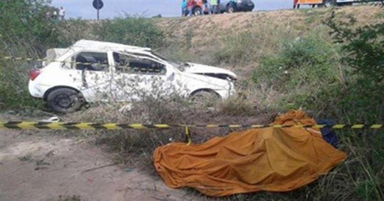 Com o capotamento o motorista não resistiu e o carro ficou destruído - Foto: Poções Urgente | Reprodução